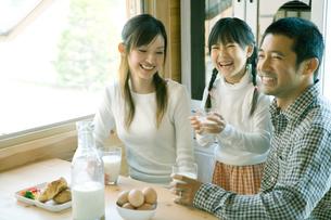 朝食を囲み笑う家族の写真素材 [FYI04039238]