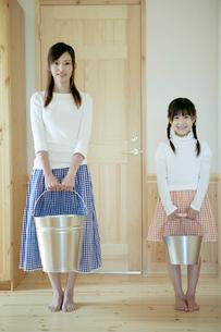 バケツを持った母と娘の写真素材 [FYI04039239]