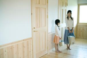 バケツを持った母と娘の写真素材 [FYI04039240]