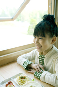 朝食の前に座る女の子の写真素材 [FYI04039258]