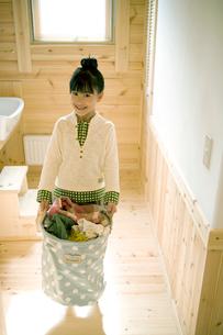 洗濯物を運ぶ女の子の写真素材 [FYI04039259]
