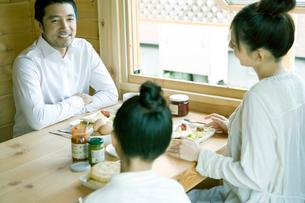 朝食を囲み笑う家族の写真素材 [FYI04039265]