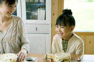 朝食時微笑む母と娘の写真素材 [FYI04039268]