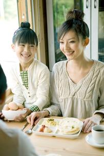 朝食を囲み笑う家族の写真素材 [FYI04039269]