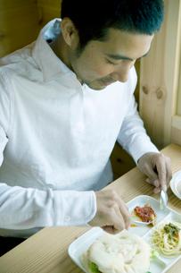 朝食を食べようとする男性の写真素材 [FYI04039270]
