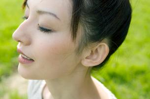 外で目を閉じる女性の写真素材 [FYI04039273]