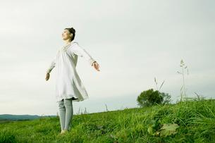 高原で深呼吸する女性の写真素材 [FYI04039278]