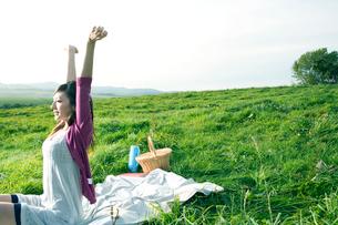 高原でピクニックをする女性の写真素材 [FYI04039293]