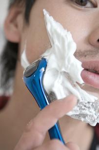 髭を剃る男性の写真素材 [FYI04039316]