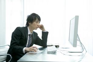 パソコンを操作するビジネスマンの写真素材 [FYI04039324]