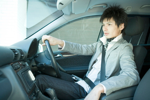 車を運転する男性の写真素材 [FYI04039326]