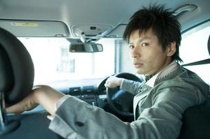 車を運転する男性の写真素材 [FYI04039327]