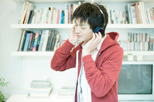 音楽を聴く男性の写真素材 [FYI04039350]