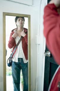 鏡の前に立つ男性の写真素材 [FYI04039356]