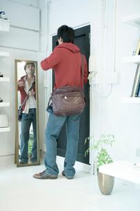 鏡の前に立つ男性の写真素材 [FYI04039358]