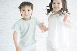 ジャンプする男の子と女の子の写真素材 [FYI04039369]