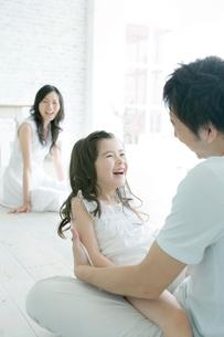 父の膝の上で笑う娘の写真素材 [FYI04039379]