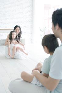 親の膝の上に座る子供達の写真素材 [FYI04039381]