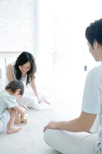 積み木で遊ぶ家族の写真素材 [FYI04039382]