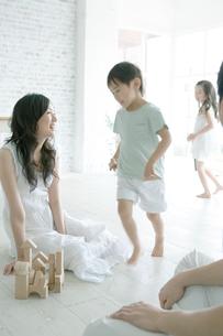 部屋で走る子供達の写真素材 [FYI04039384]
