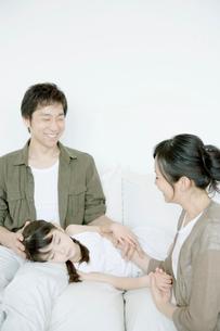 父の膝で寝る娘の写真素材 [FYI04039400]