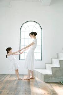母とダンスする娘の写真素材 [FYI04039401]