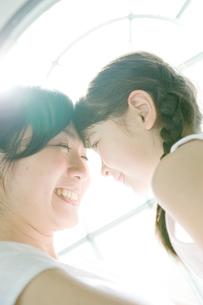 娘を抱きかかえた母の写真素材 [FYI04039404]