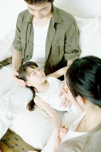 父の膝で寝る娘の写真素材 [FYI04039408]