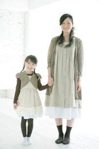 笑顔の母と娘の写真素材 [FYI04039411]