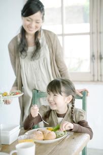 食事をする女の子の写真素材 [FYI04039416]