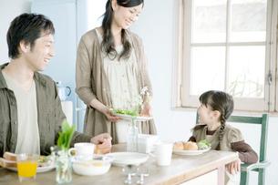 食事をする家族の写真素材 [FYI04039418]