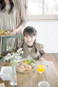 食事をする女の子の写真素材 [FYI04039419]