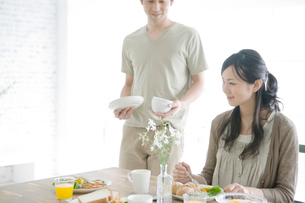 食事をする夫婦の写真素材 [FYI04039421]