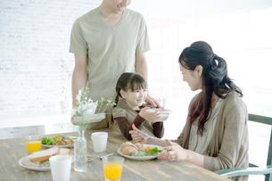 食事をする家族の写真素材 [FYI04039424]