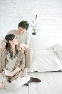 妻の肩を揉む夫の写真素材 [FYI04039428]