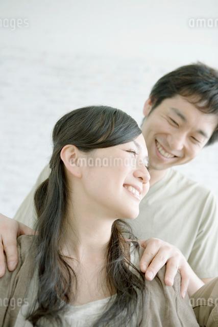 妻の肩を揉む夫の写真素材 [FYI04039429]