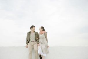 ベランダで話す夫婦の写真素材 [FYI04039435]