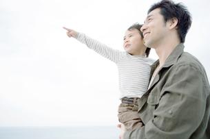 息子を抱きかかえた父の写真素材 [FYI04039436]