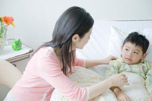 病室で息子と話す母の写真素材 [FYI04039472]