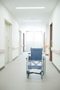 廊下に置かれた車いすの写真素材 [FYI04039476]