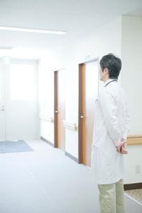 病院の廊下に立つ医師の写真素材 [FYI04039477]