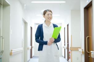 病院で微笑む看護師の写真素材 [FYI04039478]