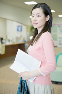 病院に検査に来た女性の写真素材 [FYI04039481]