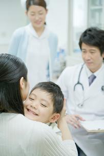 子供の診断をする医師の写真素材 [FYI04039482]