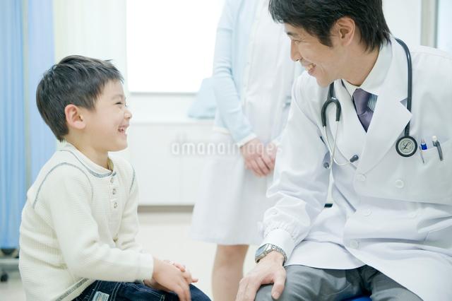 子供の診断をする医師の写真素材 [FYI04039484]