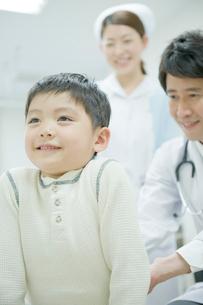 子供の診断をする医師の写真素材 [FYI04039490]