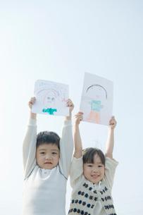 絵を持った子供のポートレイトの写真素材 [FYI04039491]