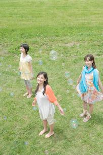 シャボン玉を見つめる女性3人の写真素材 [FYI04039514]