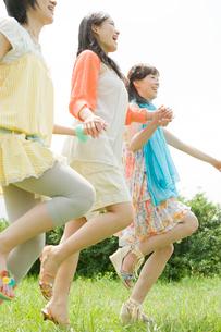 外で走る女性3人の写真素材 [FYI04039515]