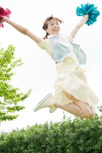 飛び跳ねる女性の写真素材 [FYI04039518]